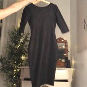 Klänning med trekvartsärm och kryss i ryggen. Tajt och smickrande. Köparen står för frakt:)