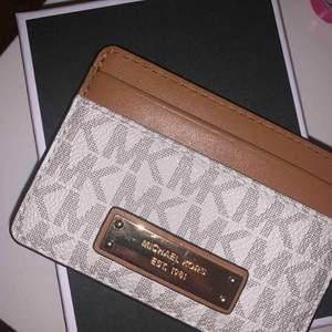 Michael kors plånbok/korthållare! Nypris 500kr Använd ca 2 gånger, säljer pga ingen användning av den. Pris kan diskuteras!