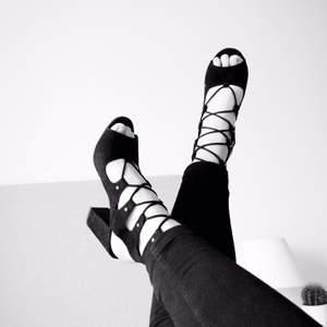 Snörade klackar, perfekt till sommaren. De har några fläckar på ena skon (se tredje bilden). Syns dock knappt om du har skon på då foten täcker. Frakt tillkommer✨