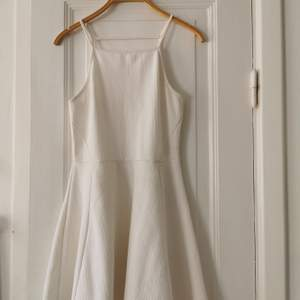 Supersöt vit kort klänning, perfekt för sommarfester eller varma dagar i solen :)