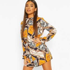 Elegant jumpsuit som är otroligt fin och väldigt inspirerad från märket Versace men kommer för sällan till användning. Har använts en gång och luktar fortfarande nytt. Priset kan diskuteras och byte av vara är möjligt!