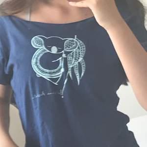 """En relativt gammal tröja som jag säljer då den inte kommit till användning , under koalan står det """"Brisbane Australia"""".                                           (frakten är inkluderad)"""