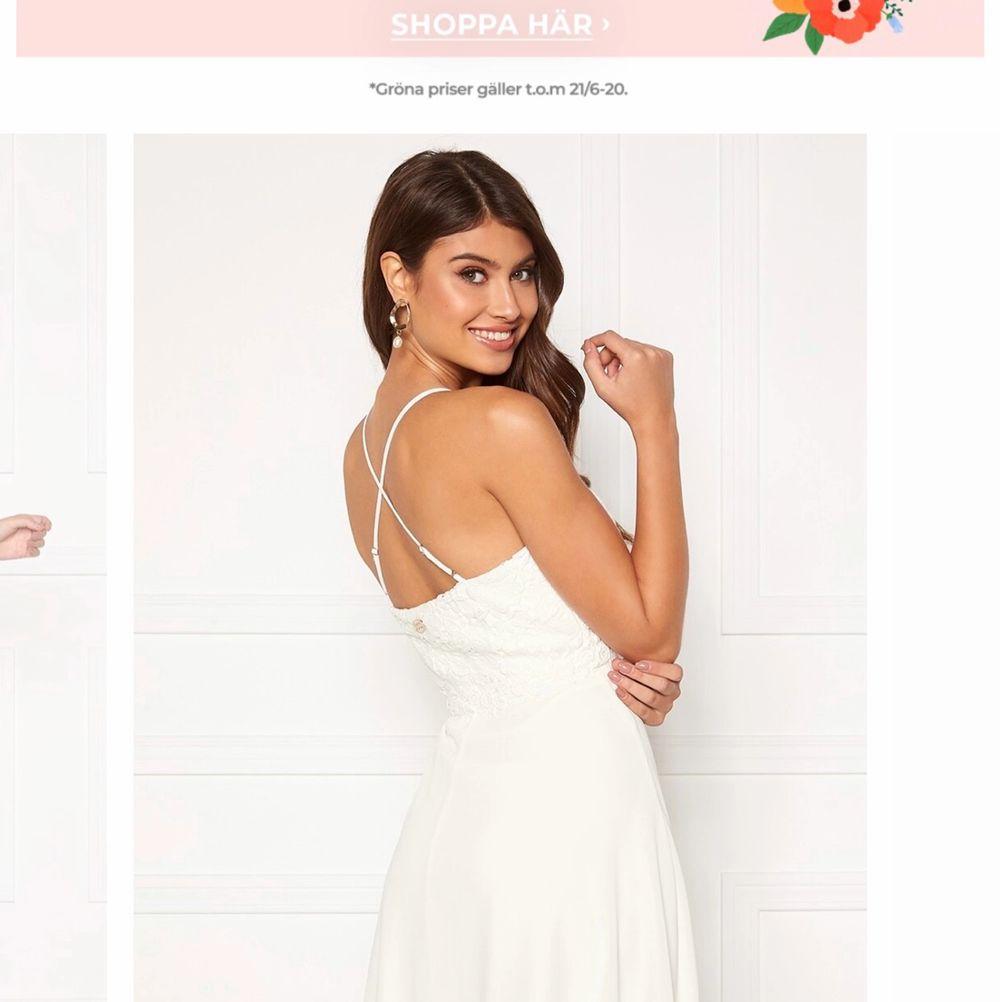 Vit klänning från chiara Forthi i storlek 36, nypris: 600kr och aldrig använd, ser dock ut att skifta i blått mellan brösten men syns inte i alla vinklar och ingenting man tänker på (se bild 3) därav mitt pris 100, köparen betalar frakt. Klänningar.