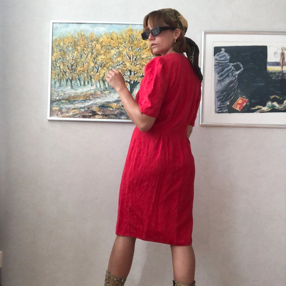 A beautiful vintage red dress, 80s style. It's a size 40, but works for smaller as well, as it goes nice as oversized. I'm a size 36. . Klänningar.