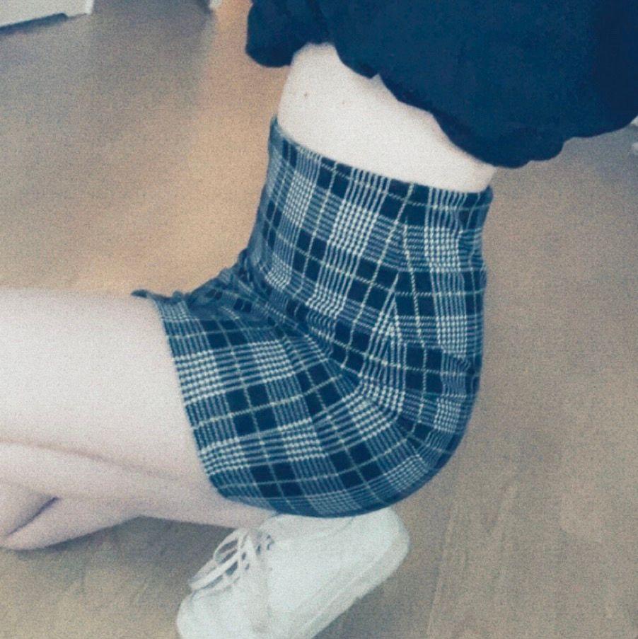 en vääldigt snygg kjol från ginatrocot, storlek xs. små gula detaljer. frakt tillkommer🥰. Kjolar.