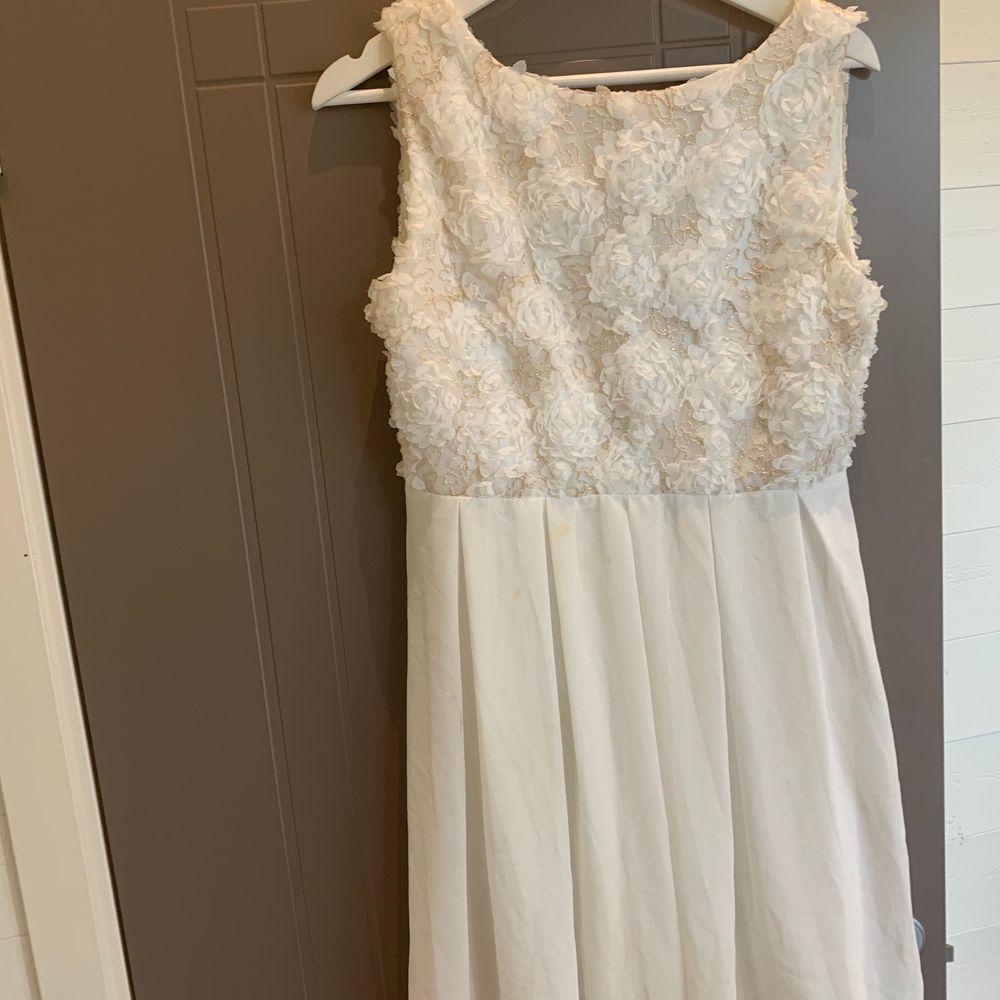Jättesöt klänning perfekt till student eller skolavslutning🤍Har en liten gul fläck, se bild tre. Men ska gå bort i tvätt har ej tvättat den. . Klänningar.