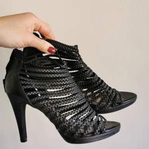 Svarta sandaletter/klackar från Zara med flätade remmar. Endast använda en gång.