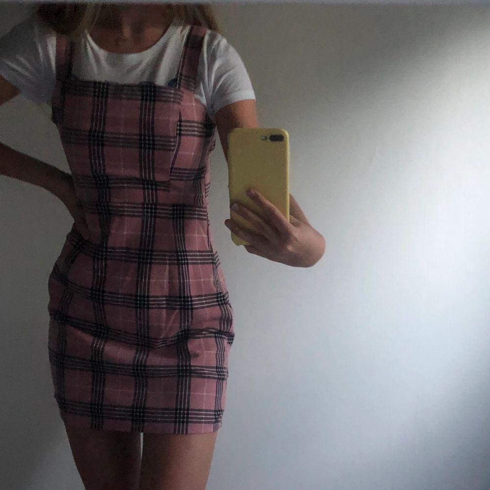 väldigt söt Rosa rutig klänning från H&M, endast använd vid ett tillfälle ( köparen står för frakten) 🤍💃🏽. Klänningar.