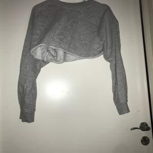 Jättefin grå croppad tröja storlek L men sitter som en S