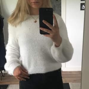 verkligen en så himla fin tröja från bershka storlek M. Hur mjuk som helst å lite puff ärmar. 😍 inte skitig tröja utan det är en skitig spegel.