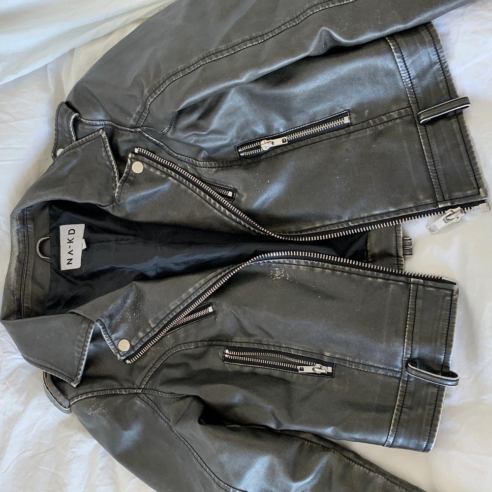 Kort skinnjacka i retro-stil. Köpt från Nakd för ca 600kr. Valde att köpa i storlek M för att den inte skulla vara lika tajt! Nyskick!😁. Jackor.