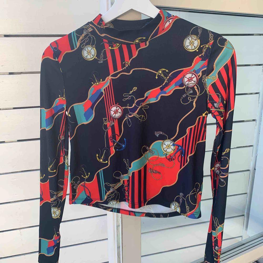 Säljer denna skitsnygga långärmade tröjan från Pull&Bear. Storleken är M men är väldigt liten så jag skulle säga att den passar en S. Aldrig använd och i väldigt fint skick. Köparen betalar frakten💕. Skjortor.