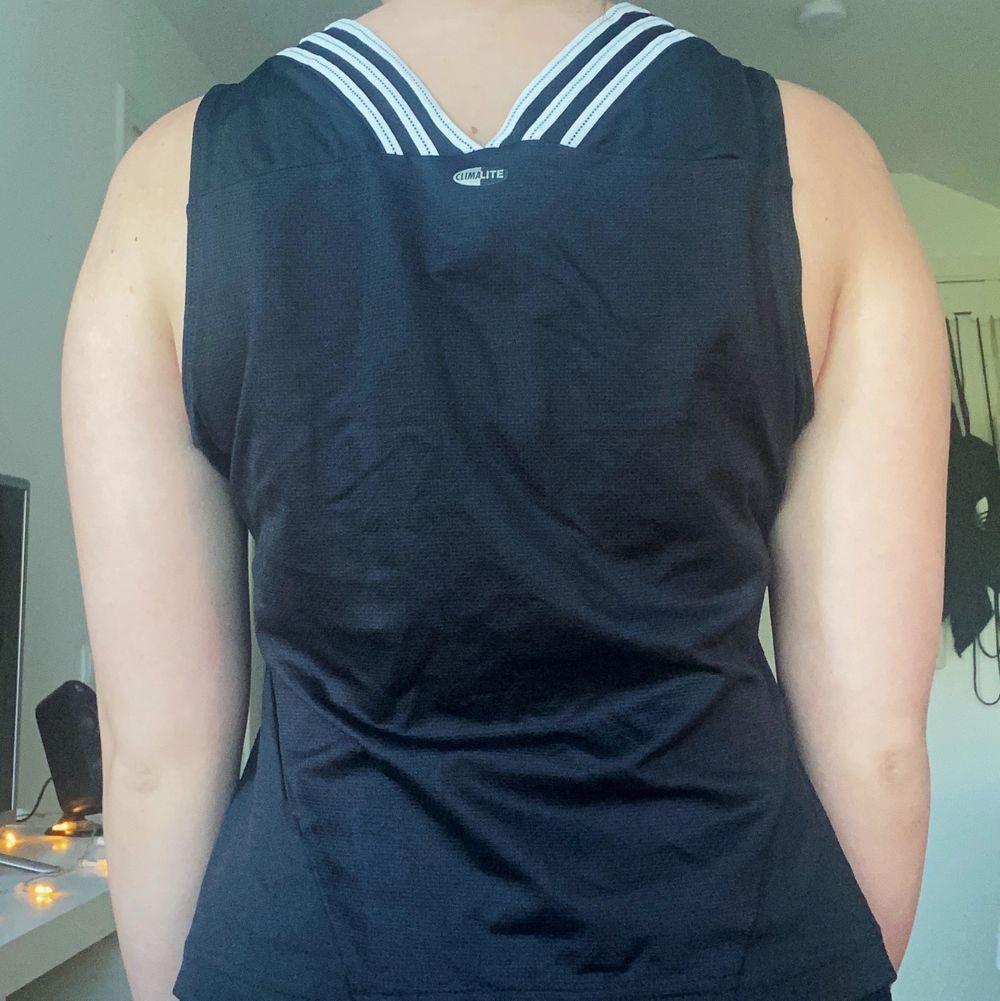 Jättefint träningslinne/tröja från Adidas. Snygg V-ringning och fin detalj i ryggen. Väldigt bra skick och säljer då jag inte använder linnen när jag tränar. Står storlek 42, men passar mig perfekt som vanligtvis är XS/S (jätteskumt 😅) Frakt tillkommer . Huvtröjor & Träningströjor.