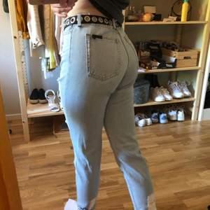 Jeans med raw hem i midjan. Mycket slitningar på benen. Sjukt snygga och perfekt luftiga för sommaren. Inte använda många gånger så dem är i nyskick.  Kan mötas upp i Göteborg, endast swish
