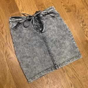 Knappt använd kjol från NewYorker med knytning. Strl S. Du som kund säger ett pris som känns rimligt att betala! Skriv för fler bilder eller frågor!