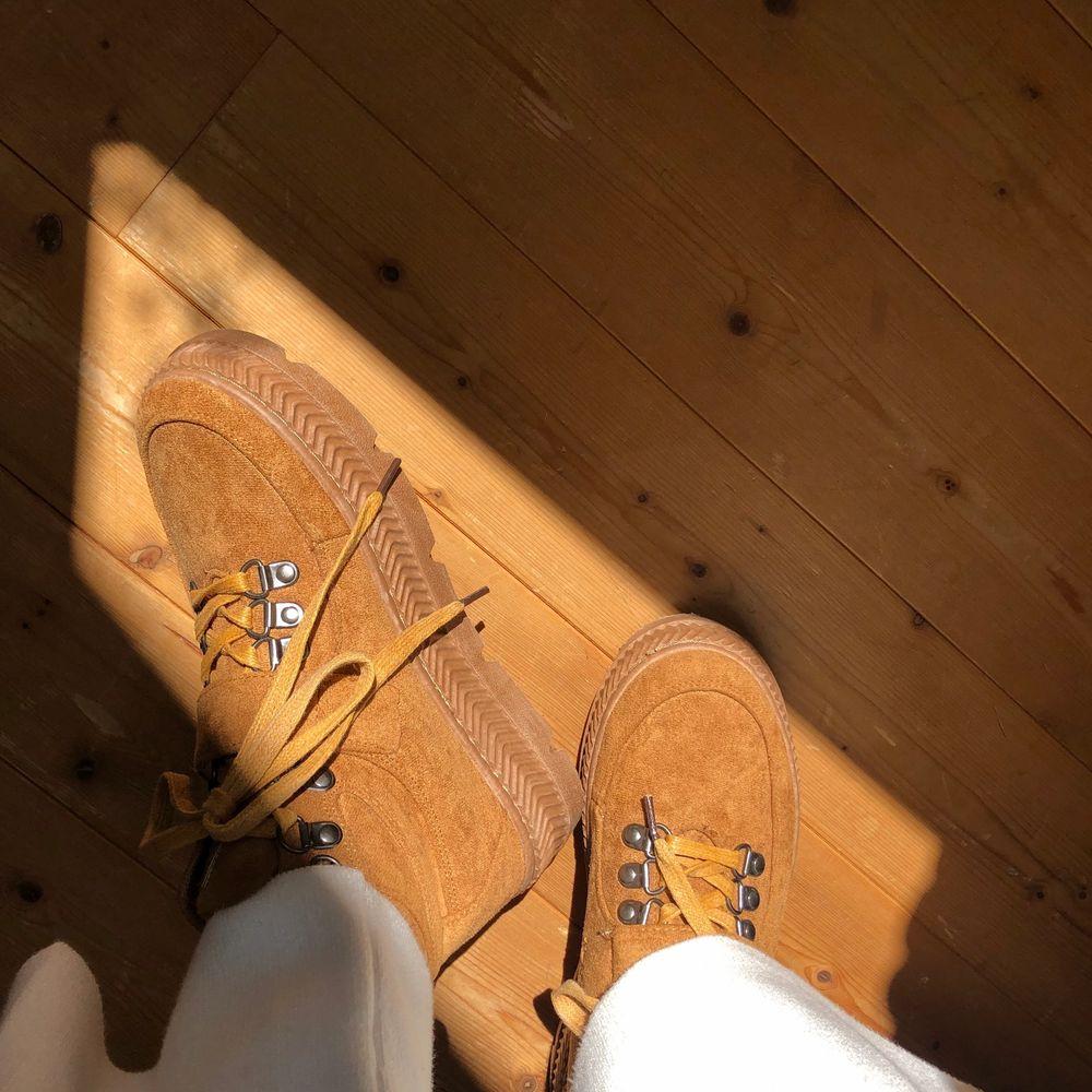 Skitsnygga skor perfekta året runt!! 100kr, frakt tillkommer för köparen💛. Skor.