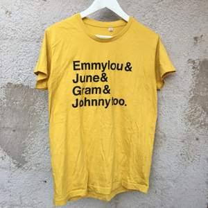 Supercoola T-shirt med text från First Aid Kit låt: emmylou. Inköpt på deras konsert i Globen förra vintern. Knappt använd så är i nyskick! 100% bomull. Köparen står för frakt.