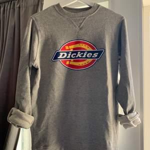 Jättehärligt sweatshirt från Dickies. Använd flitigt men i suveränt skick, inga skador eller slitningar. Säljer pga att den tyvärr inte används längre! Passar både herr och dam. NYPRIS: 699kr