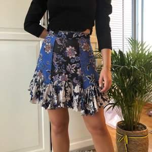 Verkligen en favorit!!! Super fin kjol med fina mönster och färger!!