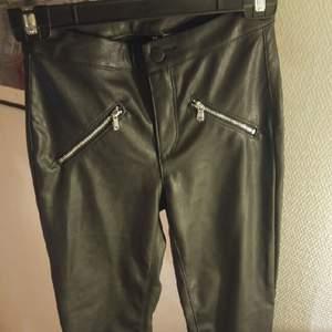 fake leather byxor. oanvända