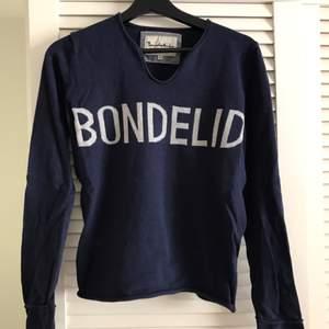 Mörkblå stickad tröja från Bondelid i storlek M, fin urringning