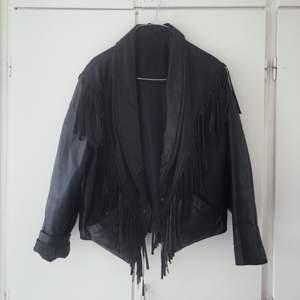 Snygg vintage skinnjacka med fransar. På mig som oftast har S i kläder sitter den lite oversize! Hör av sig om du har frågor!