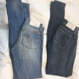 2 par Tiger of Sweden jeans. Det ljusblå paret är storlek 26/32 och lågmidjade, använda men bra skick. Säljs för 400kr Det mörka paret är storlek 26/34 och lite högre i midjan. De är knappt använda så väldigt fint skick, säljs för 500kr. Eller båda för 800kr:)