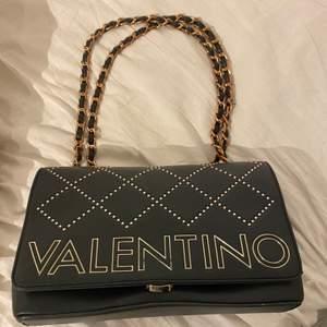 Säljer denna väska från Valentino. Äkta. I ett bra skick! Frakt tillkommer! 💜