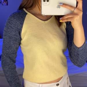Säljer denna sköna gul & blå stickade tröjan, i braaskick & i storlek S💛💛💛