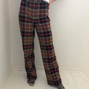 Dessa byxor är väldigt fina o extra. Dom är ganska stora för mig och andvänds inte, därav säljer jag dom. Men väldigt fina och sköna. Långa också. Frakten betalas av köparen🥰📦🐒🦋🤩