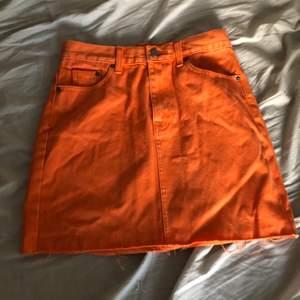 Säljer en oanvänd orange jeanskjol från Dr denim i storlek Small. Finns i skövde men kan även fraktas om köparen står för frakten.