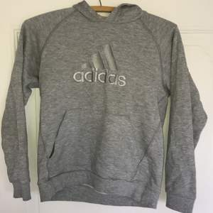 Adidas hoodie, ni ser storlek på bilden, passa bra på mig som är 163cm och väger ca 45kg, frakt tillkommer
