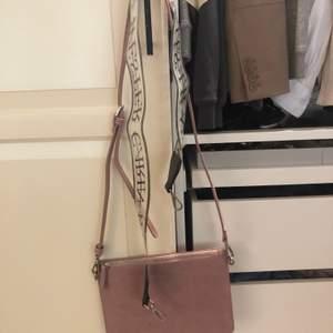Superfin väska från Carin Wester med två olika väskband. Oanvänd så den är i nyskick!