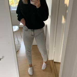 Säljer dessa skitcoola jeans ifrån Gina, i en jättefin grå/vit färg och de är knappt använda. Köpta för 599kr! Köparen står för frakten❤️