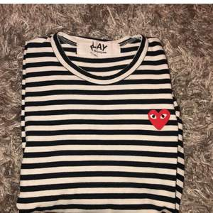 Långärmad comme des garcon tshirt som är knappt änvänd. Den är i storlek M men passar även S då den är liten i storlek