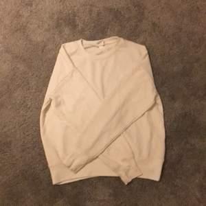 En vanlig vit tröja från hm, storlek xs  plagget sitter rätt så löst