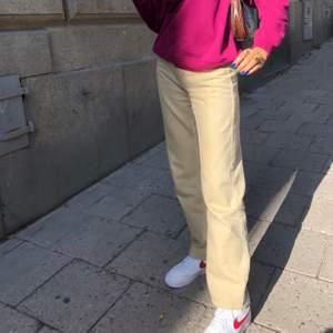 Dom populära rowe jeansen från weekday! Säljer pga har blivit för lång för dom, men på bilderna var jag ca 168cm o då sitter dom superbra! Inte i nytt skick men inga fläckar eller synliga slitningar osv. Nypris 500kr, mitt pris 250kr