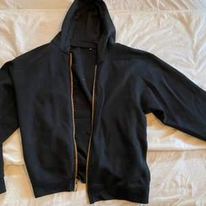Svart ziper hoodie i storlek XL