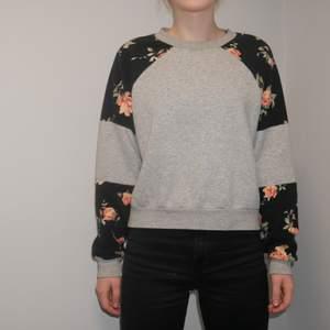 Så skön tröja från Monki, jättebra skick med snygga blomster-mönster på ärmarna! Modell är min syster, 166cm lång, brukar ha xs/s i kläder. Pris och frakt kan alltid diskuteras vid snabb affär! ;) Bara att höra av sig för fler bilder