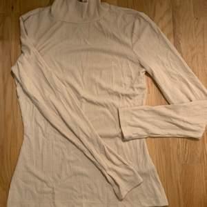 En jätte fik beige tröja. Nästan aldrig använd.