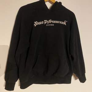 En hoodie från Gosha i storlek XL, sitter dock som än M-L. Skicket är 8/10, inget är sönder men relativt använd.