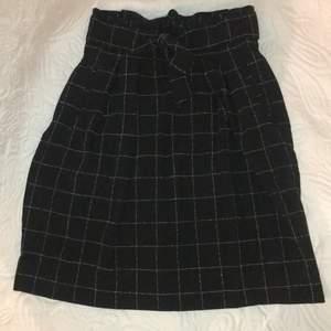 Oanvänd svart- och vitrutig kjol i strl 34 från H&M. Nypris 349kr 🖤🤍