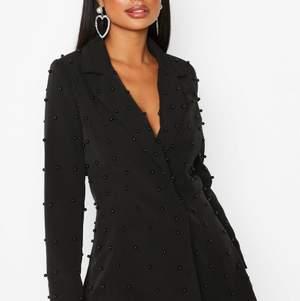 Säljer min snygga blazerklänning som jag endast använt 1 gång, passar bra till uppklädda tillfällen, som fest och passar perfekt till nyår som kommer snart. Passar på en S/M eller 36/38