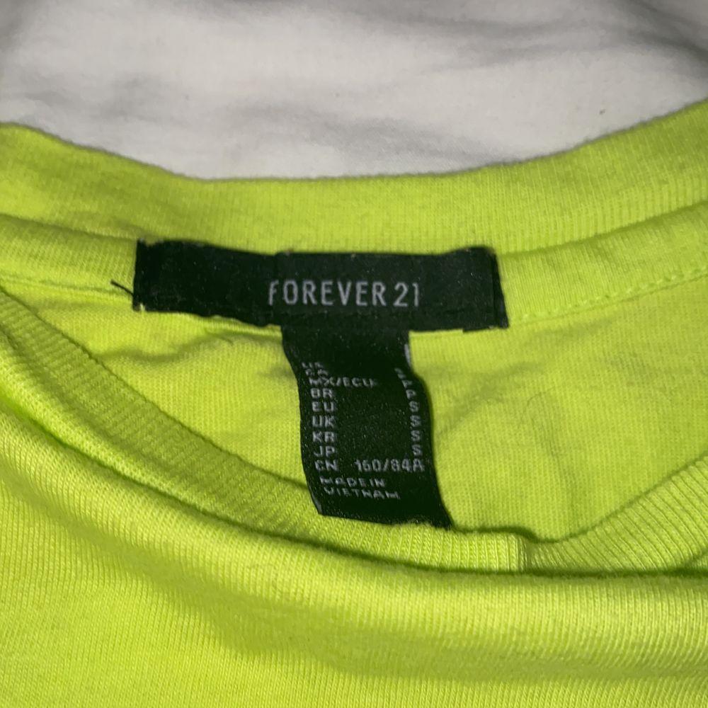 En neon grön croptop från Forever 21. Köpt i new york. Aldrig använd. Storlek S. Frakt 50kr. Toppar.
