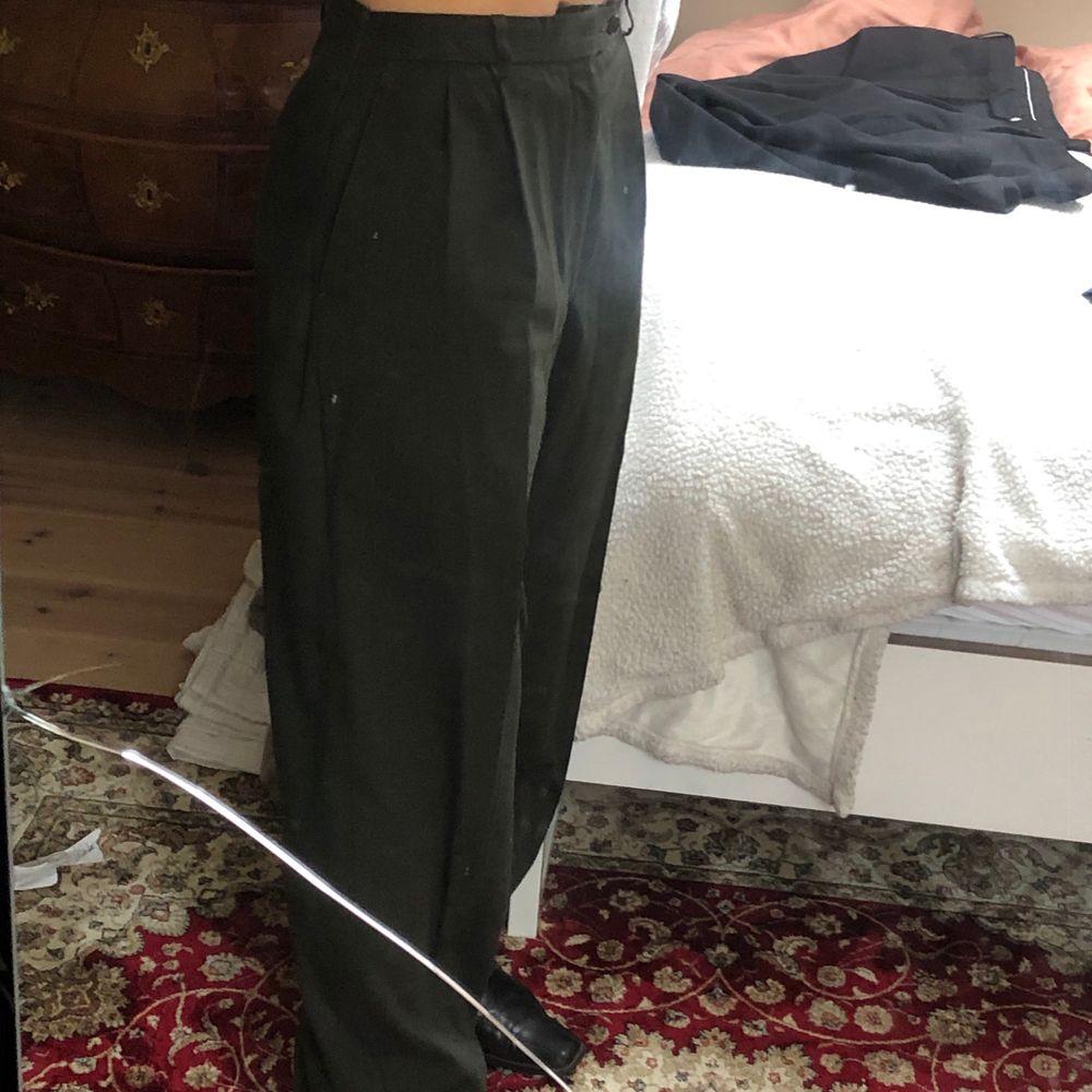 Snygga pösiga mörkgröna kostymbyxor!                        INTRESSEKOLL!. Jeans & Byxor.