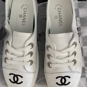 Jättefina skor i skinn.. dom är små i storleken, passar 36-37 . Bra pris vid snabb affär 😊