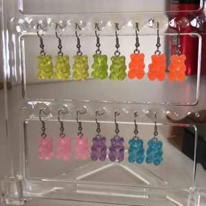 Handgjorda gummibjörnsörhängen i flera olika färger, krokarna är nickelfria💗*BLÅ, LILA OCH ROSA Kostar 59, med gratis frakt!!🤩halsbandet på sista bilden 40 kronor🤪Frakt 15 kronor!