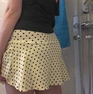 Söt kjol från zara, finns inbyggda shorts i💗, 120kr inkl frakt