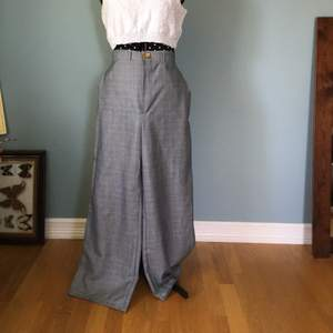 Egendesignade byxor, sydde till en kompis som ändrade sig🙃 men passar runt mina höfter (107cm) och sitter inte tight) stora i midjan för mig (77/78cm)