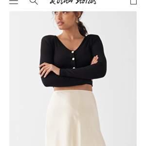 Super fin kjol från stories.com slutsåld på hemsidan. Säljer för använder ej längre. Super fint skick och endast använd fåtal ggr:)